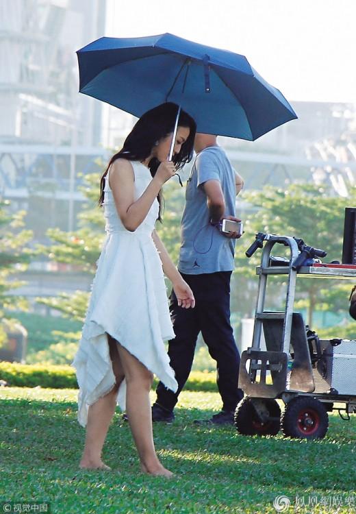 탕웨이, 촬영 현장 공개...이른 아침 햇살 미소_이미지2