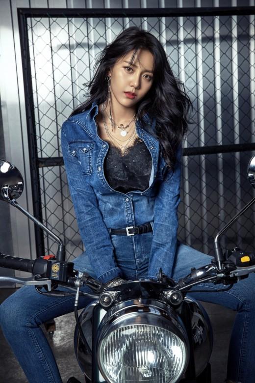 AOA 혜정, 청청패션에 더욱 돋보인 워너비 몸매 '섹시美'