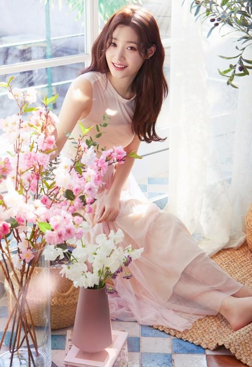 보는 즉시 힐링…정채연의 핑크 향기美
