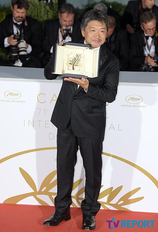 고레에다 히로카즈, '만비키 가족'으로 황금종려상 수상