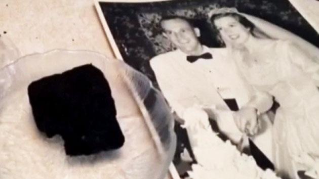 60년간 결혼 케익 보관, 기념일에 먹는 노부부