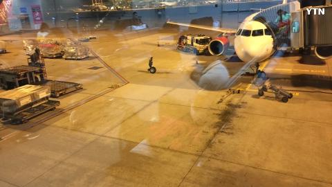 에어아시아 비행기 타이어 펑크