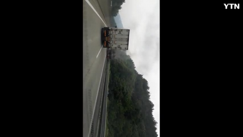 [사고현장] 중부내륙 고속도로 사과운반 ...