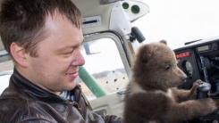 사람에게 입양된 곰, 유튜브로 자급자족 가능할까