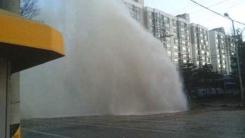 [이 시각 제보영상] 수도관 파열 15m 물기둥 솟구쳐