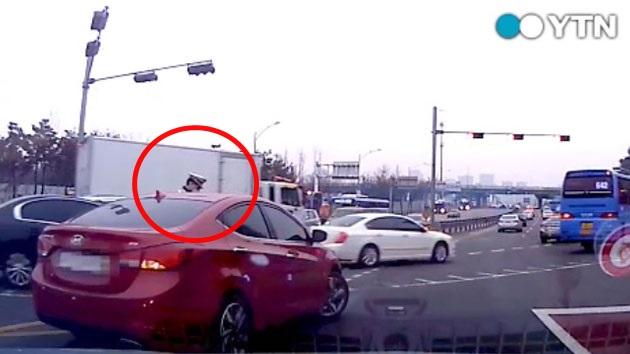 경찰관 매달고 달린 만취차량…도주로 막은 시민들