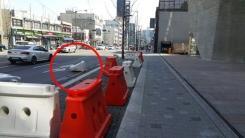 도로에 널브러진 플라스틱 보호벽 '안전 위협'