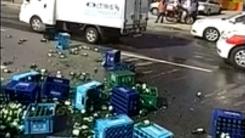 시내버스와 충돌한 트럭 '소주병 와르르'