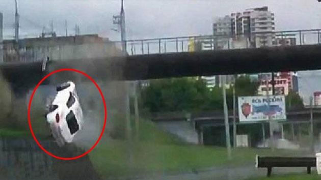 빗 길에 미끄러진 포르쉐 '아찔한 공중제비'