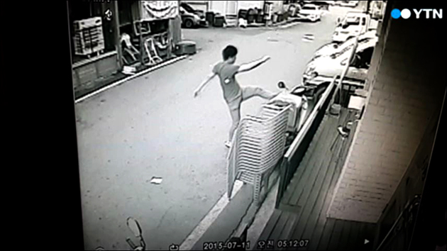 [영상] '앵그리 주폭' 탓에 애꿎은 가게 주인만 울상