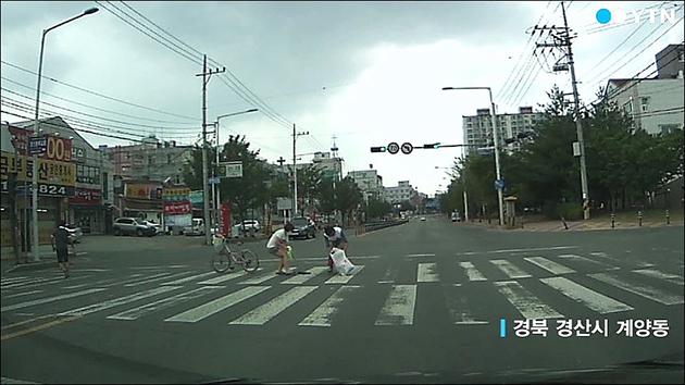 [영상] 블랙박스에 담긴 '횡단보도 선행남'
