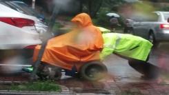 [영상] '빗속에 멈춘 전동 휠체어' 경찰관의 세심한 배려