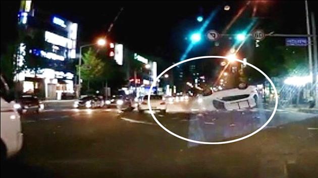 [영상] 신호위반 차량의 '막무가내 돌진', 그 최후는?