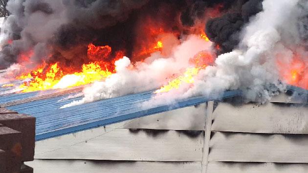 [영상] '비 뚫고 활활' 공장 집어삼킨 화재