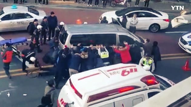 [영상] '여러분이 영웅입니다' 승합차 들어올린 시민들