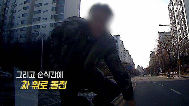"""[영상] """"이상한 사람이 차 부숴요"""" 도심 한복판 괴한의 습격"""