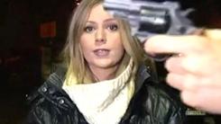 총기 위협에도 '의연한 생방송'...여기자의 프로 의식