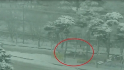 광주 의경들의 사투…폭설에 멈춘 차 '직접 손으로'