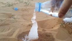 생수 한 통으로 사막에 세운 '겨울왕국'