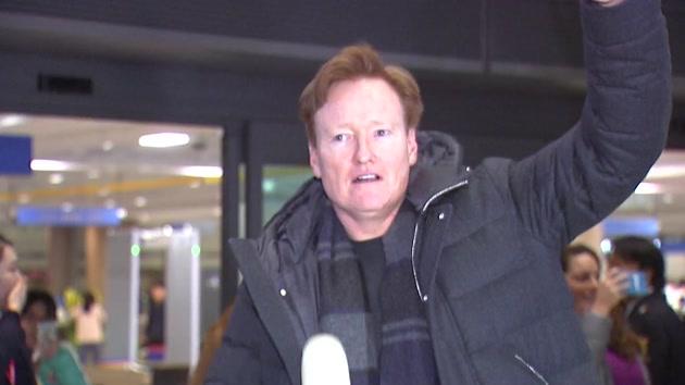 미국 유명 토크쇼 진행자 코난 오브라이언 내한...인천공항 환영 인파 북새통