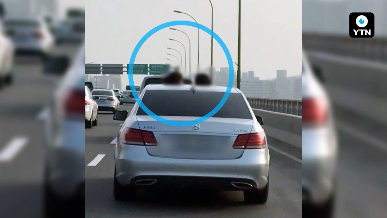 [블박TV] 위험천만! 국도에서 선루프에 올라선 아이들