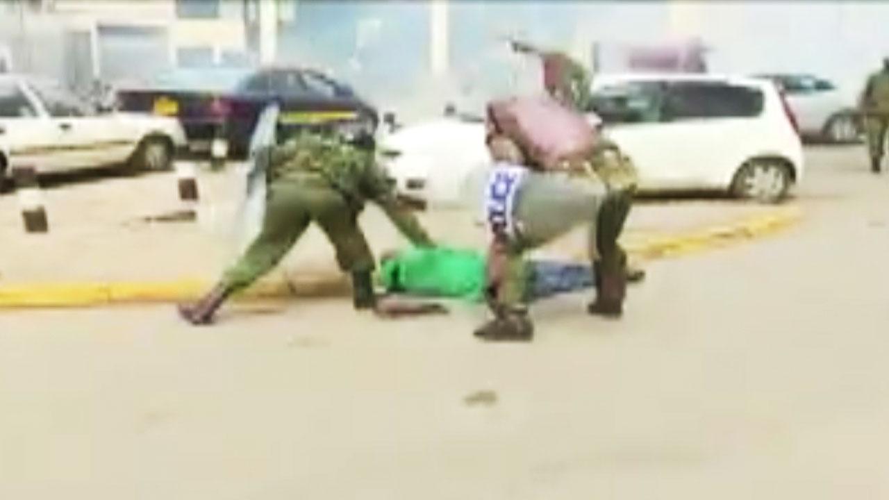 [영상] 몽둥이에 발길질까지...케냐 경찰, 시위대 과잉진압 '논란'