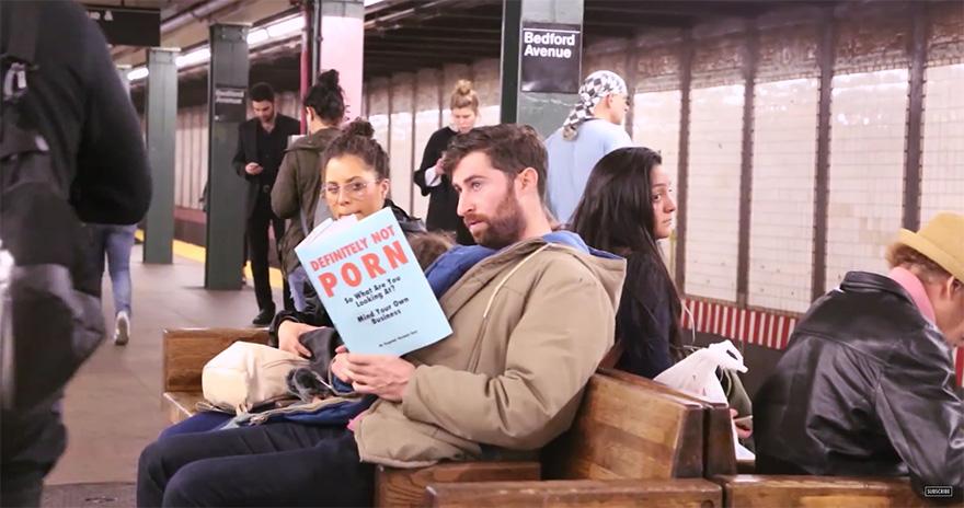 '성기 길이 재는 법'? 이상한 책 읽는 남자를 본 시민들 반응