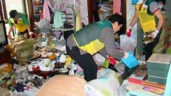 3년 동안 15톤 쓰레기 속에 산 가족, 이웃이 구출했다