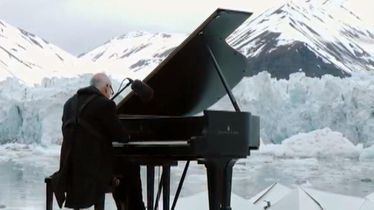 '북극을 지켜주세요'...빙하 한가운데서 열린 피아노 연주회