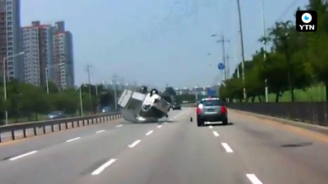 [블박TV] 눈 깜짝할 새 전복된 화물차…사고 유발자는 누구?