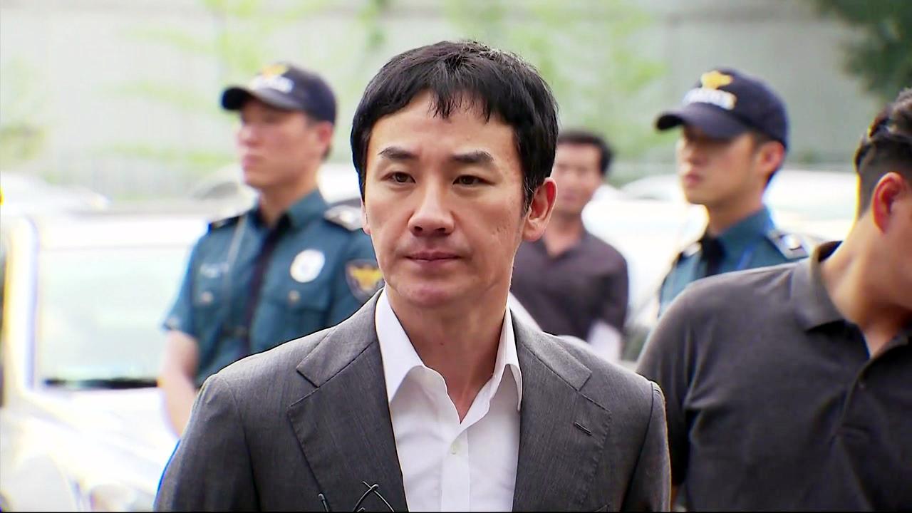 """'성폭행 피소' 엄태웅 소환...경찰 """"증거물 확보"""""""