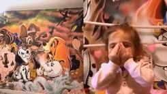 딸을 위해 침실 벽에 직접 디즈니 캐릭터를 그린 아버지
