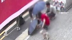 [영상] 거리에 쓰러진 노인 돕는 이웃들의 따뜻한 손길
