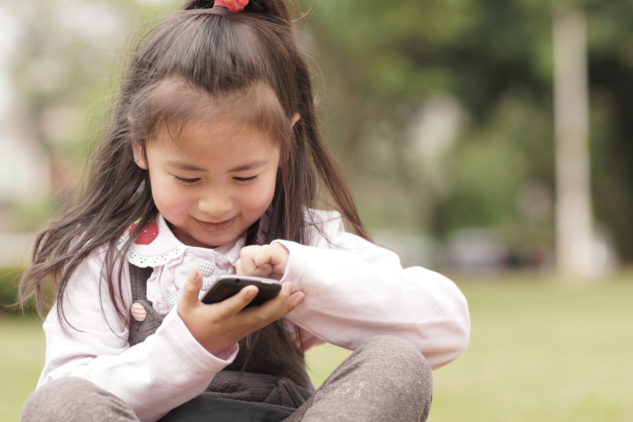 초등학생휴대폰만지는사진