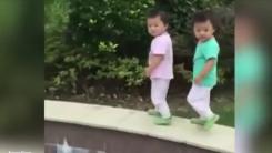귀여운 쌍둥이에게 일어난 '절묘한 사고'
