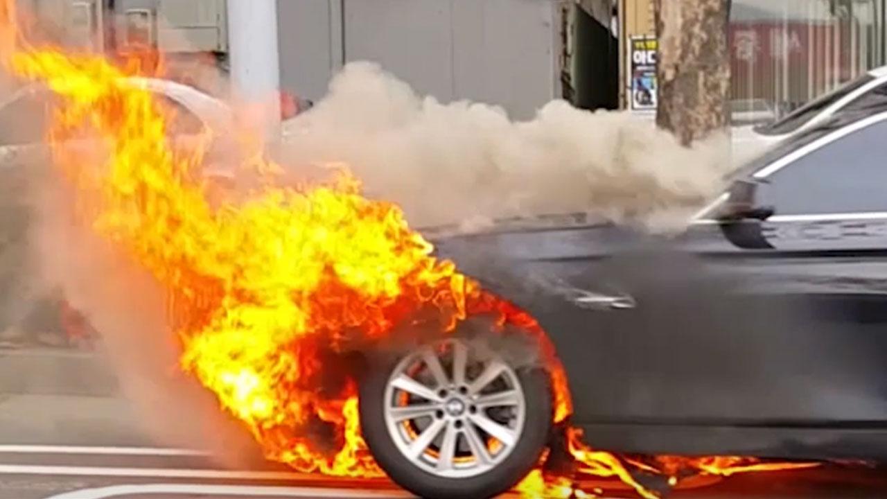 """[영상] 달리던 BMW 차량 '활활'...""""갑자기 불붙어"""""""