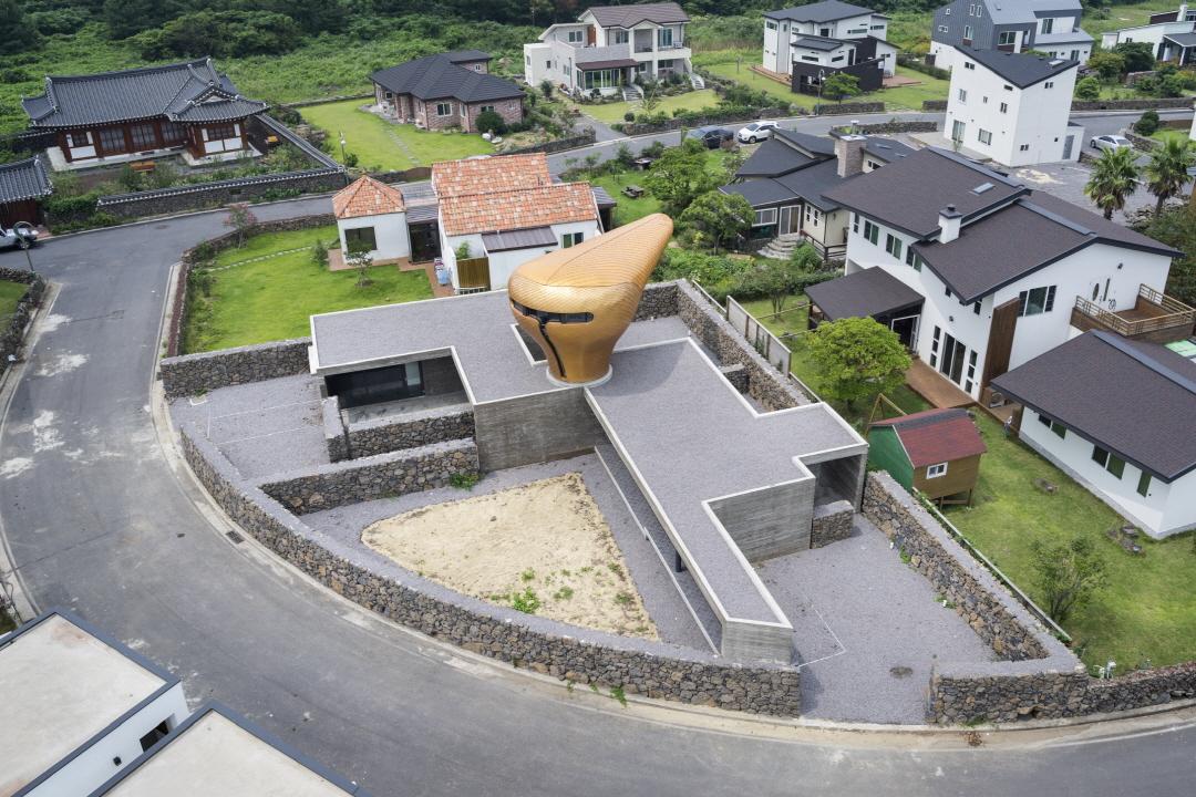 바람을 형상화 한 독특하고 개성 넘치는 집, 윈드하우스의 유쾌한 공간 산책에 빠져들다