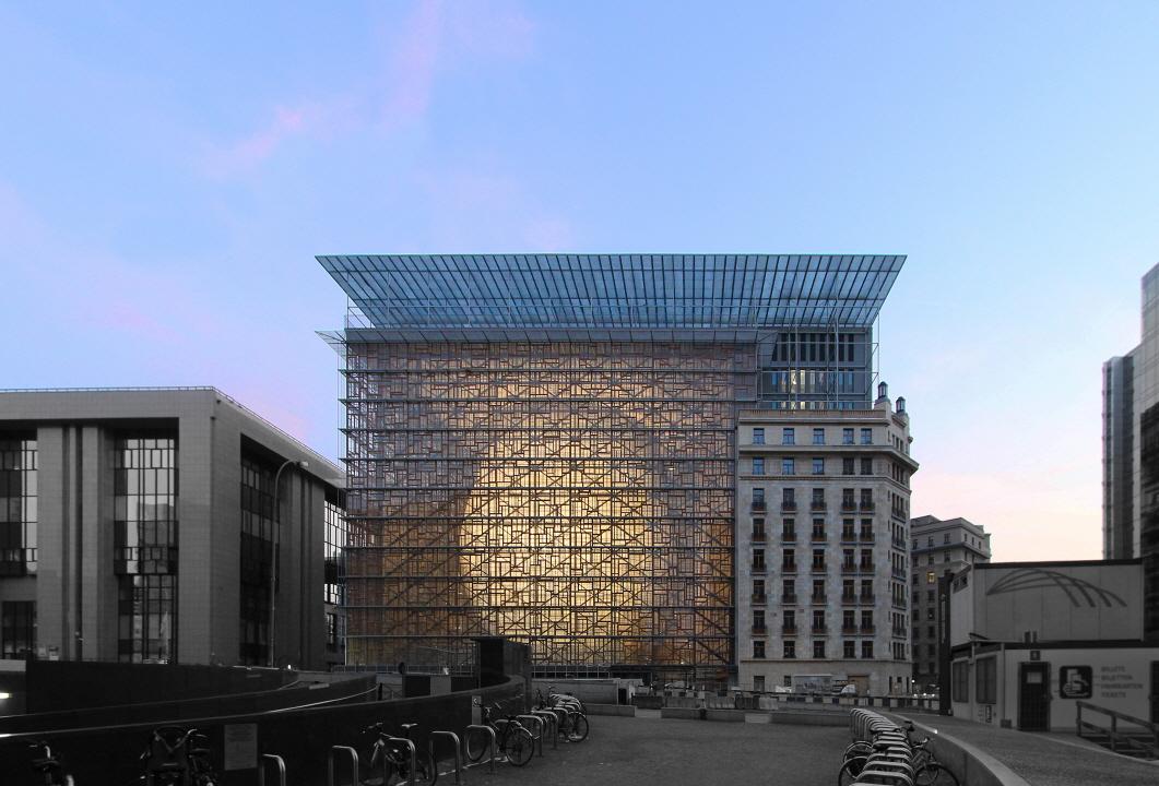 [안정원의 디자인 칼럼] 거대한 알을 품은 공간, 유럽연합을 밝히는 투명한 유리 램프 1