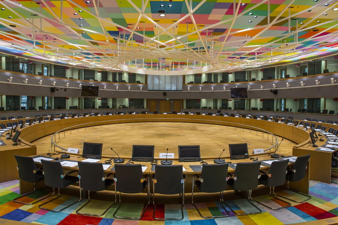 〔안정원의 디자인 칼럼〕 거대한 알을 품은 공간, 유럽연합을 밝히는 투명한 유리 램프 3