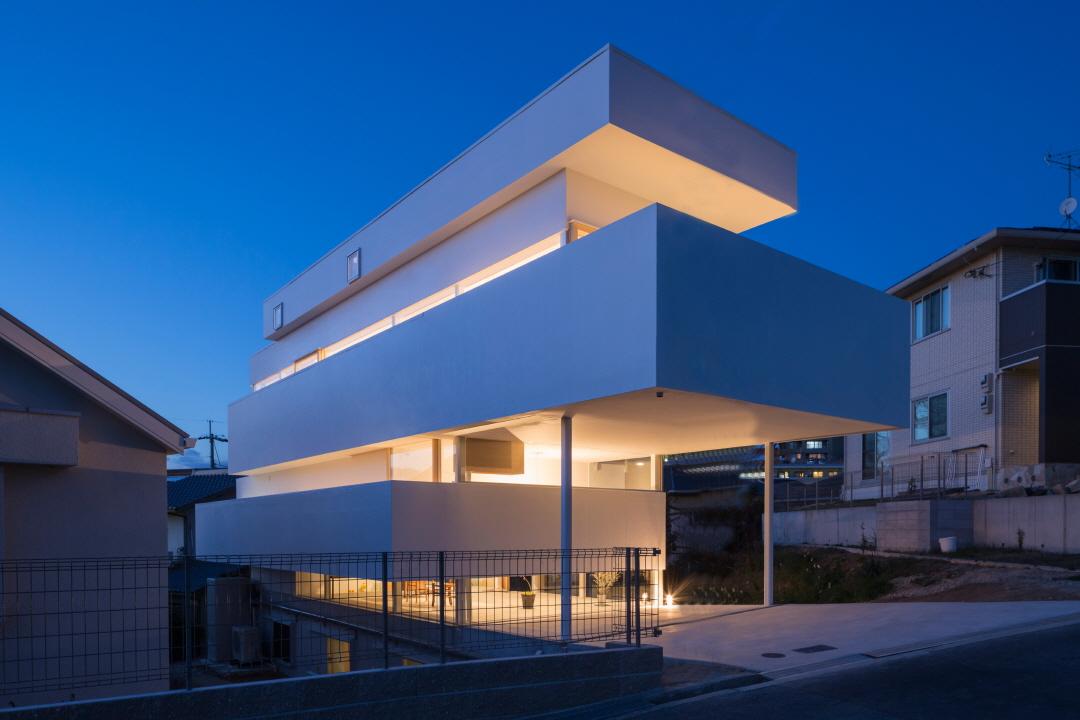 〔안정원의 디자인 칼럼〕 일곱 개의 레이어를 쌓아 만든 볼륨감 있는 주택 공간 산책 1