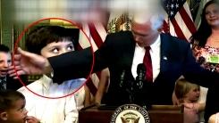 """미국 부통령에 얼굴 맞은 소년...""""사과하세요"""""""