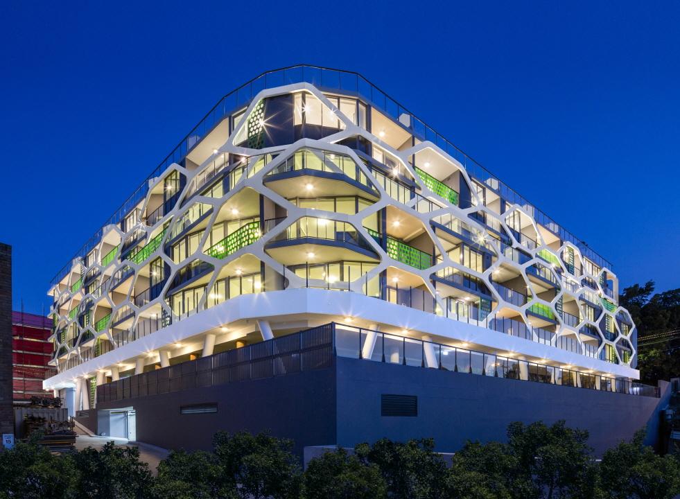 〔안정원의 디자인 칼럼〕 벌집의 육각형 패턴을 아파트 외관에 차용한 이색적인 공간 엿보기