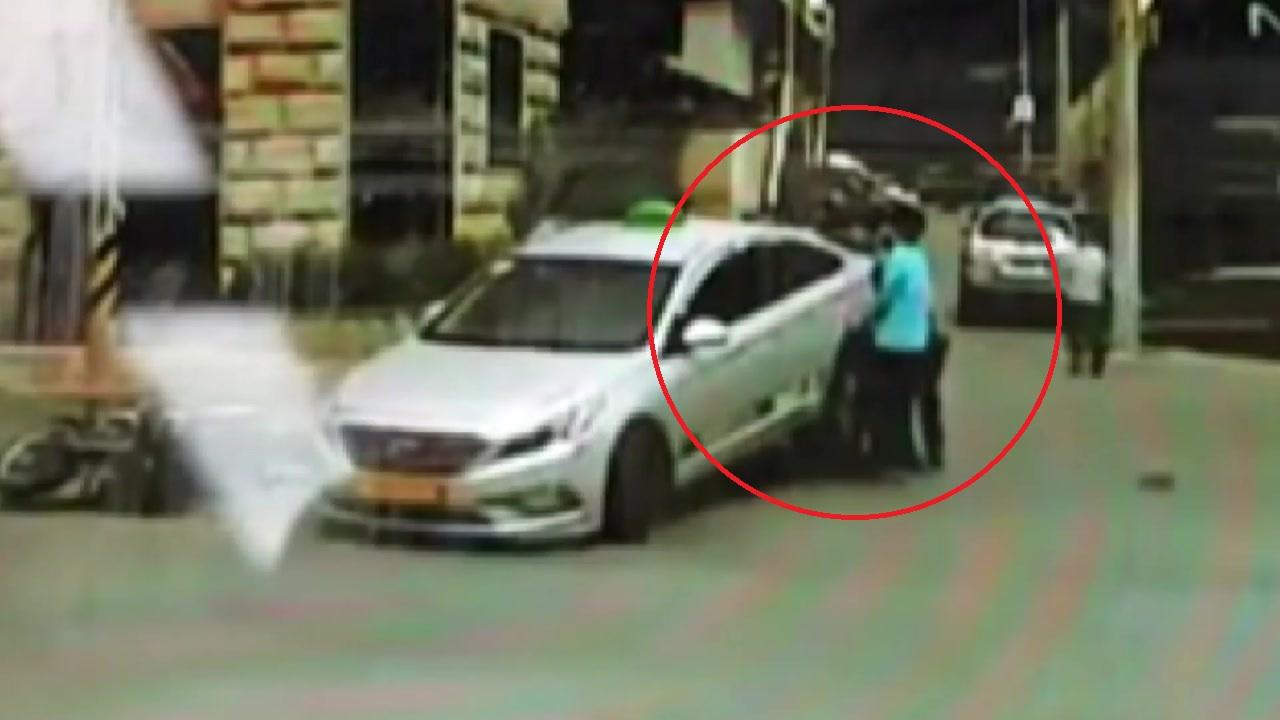 [취재N팩트] '힘 모아서 택시를 번쩍' 오토바이 운전자 구조한 시민들