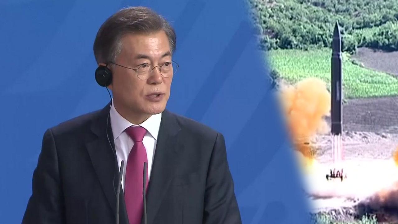 """文 대통령 """"北핵문제 평화적으로 해결돼야"""""""