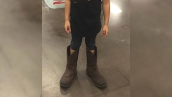소녀가 '아빠 신발'을 신고 마트에 간 슬픈 이유