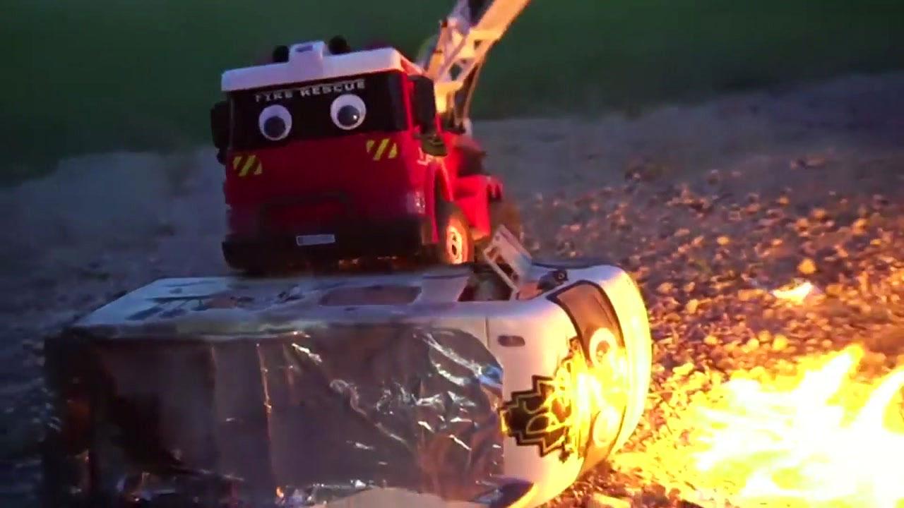 물 대신 불을 뿜게 만든 장난감 소방차