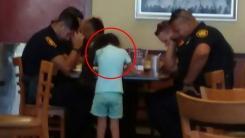 소녀가 식당에서 만난 경찰들에게 다가가 기도한 이유