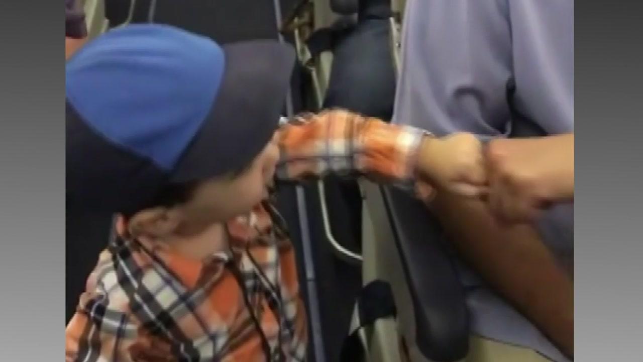 [지구촌생생영상] '즐거운 비행 되세요'...승객 챙기는 2살 꼬마