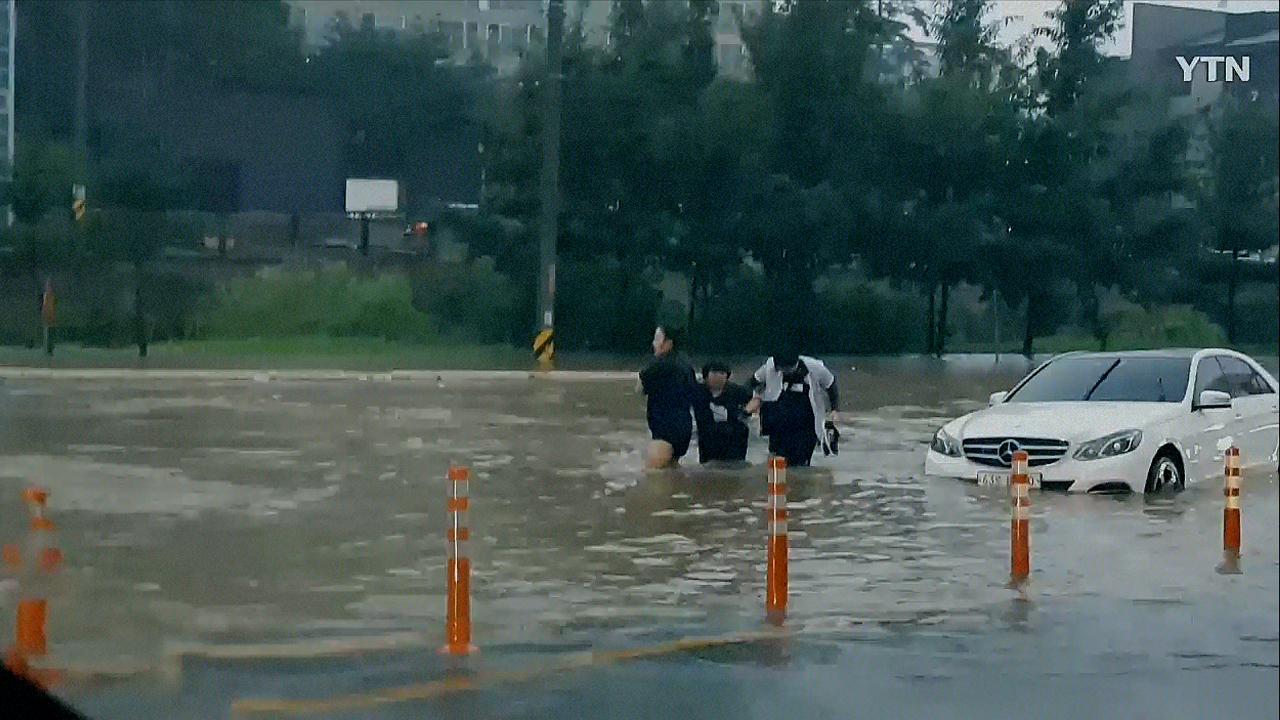 """[영상] """"비가 많이 와 차를 뺄 수 없다"""" 국지성 호우로 인한 침수피해"""
