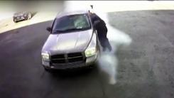 창문에 매달려 '질질'...온몸으로 차 도둑 막은 남성